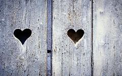 La Provenza ... (Augusta Onida) Tags: cuore heart finestra window francia france valensole provenza provence legno wood viola violet particolare details wall texture