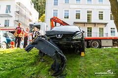 Pkw landet in Bach Schlangenbad 07.08.17 (Wiesbaden112.de) Tags: bach feuerwehr parken parkplatz rheingauerstr schlangenbad unfall vku vu verkehrsunfall walluf wambach wiesbaden112 sst deutschland deu