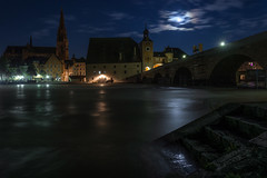 Kitlinse und Hochwasser bei Nacht (Tobi Becq) Tags: sony e 1650 mm 3556 oss pz selp1650 regensburg ratisbon hochwasser donau weitwinkel danube nightscape nachtaufnahme
