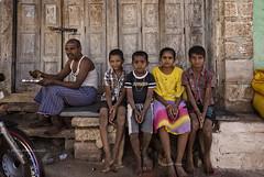 PATTADAKALL : SCÈNE DE RUE (pierre.arnoldi) Tags: inde india photographequébécois karnataka pattadakall photoderue photooriginale photocouleur portraitdhomme portraitdenfants canon tamron pierrearnoldi