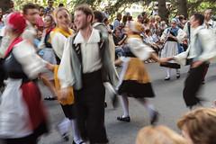 Movimiento. (Frankness2008) Tags: 1750 7d aragon callejera canon colorido eos españa festival folklorico gente huesca jaca personas sigma zoom