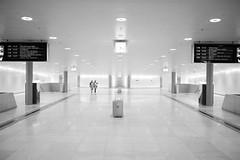 31-34 (maekke) Tags: zürich hauptbahnhof publictransport trainstation 35mm fujifilm x100t bw noiretblanc reflection streetphotography architecture urban symmetry pointofview pov man 2017 ch switzerland