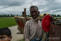Am Rande der Verzweiflung (UNO-Flüchtlingshilfe) Tags: bordercrossing carrying crying day family flightfleeing luggage malehumangender outdoors peopleinthebackground river rohingyaethnicity ruralscene twopeople violence whaikhyang coxsbazardistrict bangladesh bgd