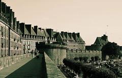 Saint-Malo (BrigitteChanson) Tags: saintmalo noiretblanc remparts immeubles tours parking illeetvilaine bretagne breizh brittany ruby3