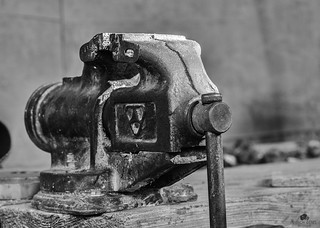 Table vice BW
