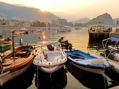 Petrovac au lever du soleil (Raymonde Contensous) Tags: montenegro crnagora budva petrovac port mer bateaux meradriatique leverdesoleil nature paysage montagnes côte barques