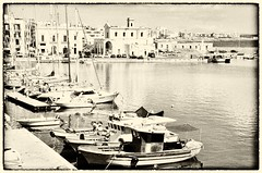 Gallipoli (Aránzazu Vel) Tags: boat gallipoli puglia italia port porto harbour marina barca barche sepia