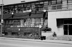 Pas facile de lire en plein soleil... (woltarise) Tags: artistes ateliers loft fenêtres chaleurcanicule entrée attente autobus arrêt lecture briques édifice diberville rue montréal rosemont mamiyasuperdeluxe