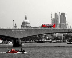 Red London...🔴 (carlesbaeza) Tags: london londres ciutat city ciudad love red rojo travel viajar viatge vermell bus river río puente pont bridge