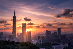 夾縫中的夕陽 - The sunset in the cracks (basaza) Tags: canon 760d 1635 sunset 豹山 101 taipei101
