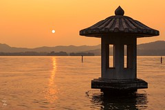 Coucher de soleil sur le  Westlake - Sunset on the Westlake - 27/06/2017 - Hangzhou (China) (Geoffrey Maillard) Tags: coucherdesoleil china hangzhou lac lake water reflection sun summer eau chine asie asia zhejiang shanghai colorfull 西湖 杭州 日落 mountains mountain montagnes coloré chaud monument patrimoine mondial unesco orient oriental paysage landscape été warm hot 景观 sonne sonnenuntergang zon zonsondergang