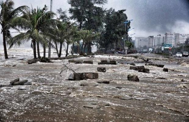 [ẢNH] Bão số 10 vào bờ: Bãi biển Sầm Sơn tan hoang trong sóng dữ - Ảnh 26.