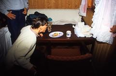 Norwegen 1998 (170) Gudvangen (Rüdiger Stehn) Tags: aurland dia slide analogfilm scan europa canoscan8800f norwegen norge norway nordeuropa skandinavien profanbau haus gebäude sognogfjordane bauwerk 1990er 1998 1990s reisefoto urlaub 35mm kbfilm analog diapositivfilm kleinbild hotel gudvangen motel innenaufnahme contax137md menschen