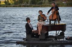 Le trio flottant (RarOiseau) Tags: lac lacdemison musique spectacle mison alpesdehauteprovence v1000 saariysqualitypictures