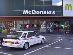 Ford Sierra XR4i Turbo 1984 McDonald's Feldkirch 15-8-2017 (backto78) Tags: vehicle car auto wagen voiture ford sierra xr4i xr rs st turbo 1984 wit weiss white 28 v6 cologne keulen kjetronic injection taifun grille frontmaske carrera aufsatz spoiler whaletail heckspoiler rearspoiler carrerakante rial valeo cibie blaupunkt zonnedak sonnendach sunroof moonroof schiebedach schuifdak hebedach kanteldak schuifkanteldak ghia recaro dunlop mcdonald restaurant fastfood m macdonald mcdonalds mac bigmac feldkirch oostenrijk austria österreich