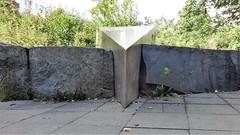 1997 Berlin Detail Kinderhände von Günter Maser Neusilber/Granit Hagenower Ring 36 in 13059 Neu-Hohenschönhausen (Bergfels) Tags: skulpturenführer bergfels 1997 1990er 20jh nach1989 berlin kinderhände güntermaser gmaser maser neusilber granit hagenowerring 13059 neuhohenschönhausen beschriftet skulptur plastik geometrischerkörper keil guessedberlin gwbsurfer321meins