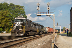 Radford in the Gold (ajketh) Tags: ns norfolk southern ge general electric d940c freight train local railroad cpl color position light old radford nc north carolina standard cab tophat emd sd402 va virginia pulaski district 8809 3516