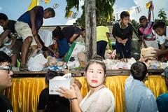 * (Sakulchai Sikitikul) Tags: street flash ทำบุญเดือนสิบ ชิงเปรต thailand hatyai songkhla a7s 28mm voigtlander