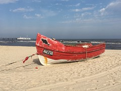 Landgang - Boot und Schiff an der Ostsee (Sockenhummel) Tags: usedom ahlbeck balticsea strand beach boot schiff fischerboot rot insel ostsee explore explored inexplore fluidr todaysexplore