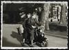 Archiv N548 Unterwegs mit der Lambretta, 1960er (Hans-Michael Tappen) Tags: archivhansmichaeltappen lambretta roller motorroller koffer fahrer beifahrer mitfahrer knickerbocker lederjacke augenschutz kopfbedeckung mütze reisegepäck 1960s 1960er gepäck