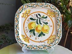 Vassoio in ceramica con descrizione limoni. Le ceramiche di Ketty Messina.