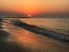Sonnenaufgang (Blende2,8) Tags: strand unionlido wellen wellenbrecher meer sonnenaufgang iphone