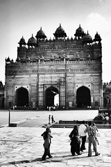 Buland Darwaza (40emem) Tags: wonders heritage muslim islam flickr palace courtyard gateway gate structure design architecture mughal 2012 photography photo blackandwhite bulanddarwaza agra fahtepursikri india