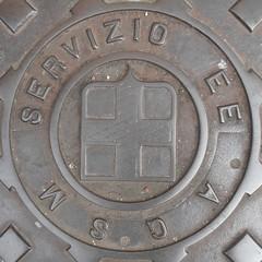 Circled Servizio (sq#0612) (Navi-Gator) Tags: squaredcircle circle manholecover