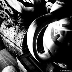 Un mug et des ombres. (benweasley) Tags: lumière light ambiance ambience sombre dark ombre wall mur tenturemurale bb8 decoration décoration jewelrybox boiteabijoux wallhanging room chambre stuff shadow mug noiretblanc monochrome blackandwhite photographie picture photo photography art photographer
