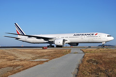 F-GSQE (Rich Snyder--Jetarazzi Photography) Tags: airfrance afr af boeing 777 777300er 777328er b777 b77w fgsqe arriving arrival taxi taxiing sanfranciscointernationalairport sfo ksfo millbrae california ca airplane airliner aircraft jet plane jetliner airside