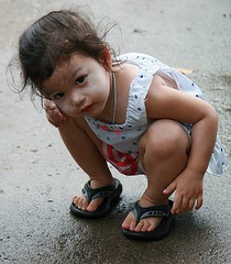 squatting to get a better look (the foreign photographer - ฝรั่งถ่) Tags: girl child squatting better look khlong thanon portraits bangkhen bangkok thailand canon kiss