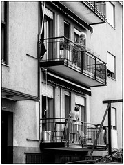 Les voisines ! (bertranddorel) Tags: femme woman women rue strret noiretblanc blackandwhite urban streetphoto bw