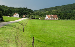 La vie tranquille (RIch-ART In PIXELS) Tags: baerenthal vosgesdunord alsace france grassland field hiouse green forest road canon