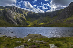 Llyn Idwal (tomdavies19) Tags: wales mountain ridges water lake cymru sky clouds rocks boulders uk welsh snowdonia landscape outdoor outdoors nikon nikond5200 wide wideangle colours colors