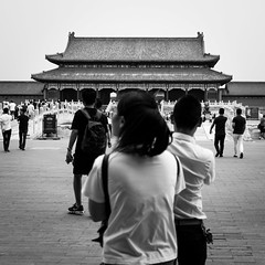 Welcome to the palace (Go-tea 郭天) Tags: pékin beijingshi chine cn beijing forbidden city palace ancient history historical historic tourist tradition traditional open full crowded impressive magic wonderfull beautiful supreme harmony majestic street urban outside outdoor people bw bnw black white blackwhite blackandwhite monochrome naturallight natural light asia asian china chinese canon eos 100d 24mm prime