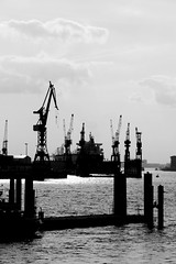 Shipyard (just.Luc) Tags: allemagne deutschland duitsland germany amburgo hamburg hambourg europa europe scheepswerf werft shipyard chantiernaval elbe stroom stream fleuve fluss cranes kranen grues kräne bw bn zw nb monochrome monochroom monotone water wasser eau ship schip bateau schiff