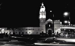 Iglesia de Sto. Domingo (MJ Art. https://www.instagram.com/majochicaiza/) Tags: quito movimiento iglesia plaza black white luces night ecuador histórico