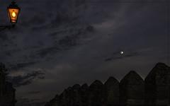 Noite e lúa - Trujillo (Jose Losada Foto) Tags: arquitectura calle ciudades iglesias jardines lugares mirador naturaleza trujillo lúa luna moon fotografía joselosada d90 nikond90 españa cielos heaven sky ceo pedras noite night castillos cáceres extremadura