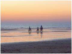 ATARDECER (BLAMANTI) Tags: atardecer playa chipiona canon canonpowershotsx60 naranjas bicicletas familia hermoso paraiso tranquilo paz vacaciones