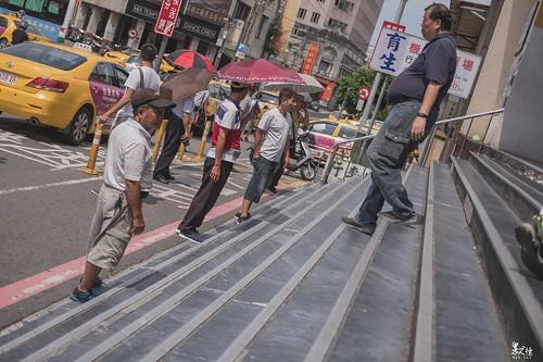 火車站前攬客的運將們。