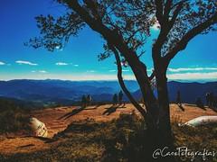 Ali sentado, vendo o horizonte a viajar... Entre pensamento de liberdade sinto o ar!! (Alvaro_CaCO) Tags: sãopaulo brasil br horizonte landscape blue camposdejorão azul