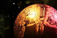 Que la lumière... voix (Pi-F) Tags: paris france lampe rond globe boule rouge jaune couleur lumière micro chanteur voix costume transparent scène artdéco mosaïque verre pâte