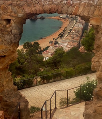 Una ventana abierta..!!  An open window..!! (Olynbe) Tags: castillo blanes vistas castellsantjoan playa olynbe costabrava gerona cataluña