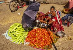 El paraguas, Jaipur (Nebelkuss) Tags: india rajasthan jaipur paraguas umbrella frutas fruits hortalizas grouceries sari sharee shari fujixt1 fujinonxf23f14 namaste
