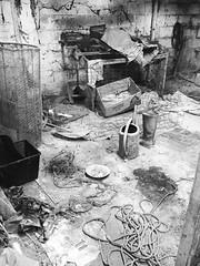 Parti.. 1/6 (fourmi_7) Tags: nb grange poulailler bottes corde arrosoir cage lapin vieux urbex abandonné