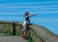 Look litle brother... (abdiefff) Tags: kids sister brother look view great donosti san sebastian