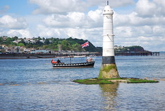 Ferry off course ☺ (guyfogwill) Tags: lighthouse shaldon devon unitedkingdom gbr philliplucettebeacon ferryno5 ferry theteignmouthtoshaldonferry lost teignmouthapproaches riverteign guyfogwill guy fogwill boats boat bateau bateaux phare fyr maják fyrtårn vuurtoren faro leuchtturm маяк 灯塔 灯台 latarniamorska