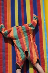 Durchhänger – Hangover (Bernd Kretzer) Tags: klettanzug velcro suit kinder kids spiel game streifen stripes farben colors nikon afs dx nikkor 55–300mm 145–56g ed vr