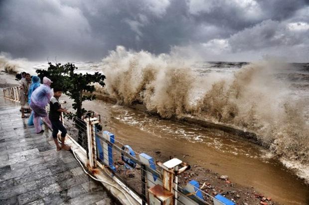 [ẢNH] Bão số 10 vào bờ: Bãi biển Sầm Sơn tan hoang trong sóng dữ - Ảnh 20.