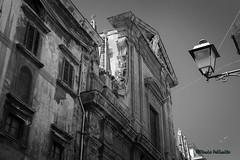 Palermo: Dettagli... (Mario Pellerito) Tags: canon eos 60d 18135 architettura art biancoenero blackandwhite bn centrostorico cielo città edificio italia italie italy lampione light luce mario mariopellerito monocromo palerme palermo pov sicilia sicilie sicily sizilien sky strada street tour tourist turismo unesco viaggiare
